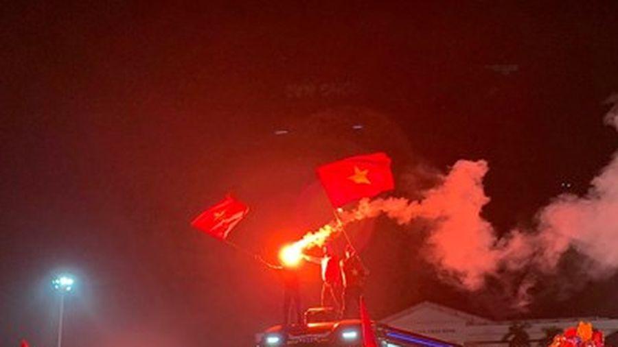 Chùm ảnh: Người hâm mộ Việt Nam 'trắng đêm' ăn mừng chức vô địch AFF Suzukicup 2018