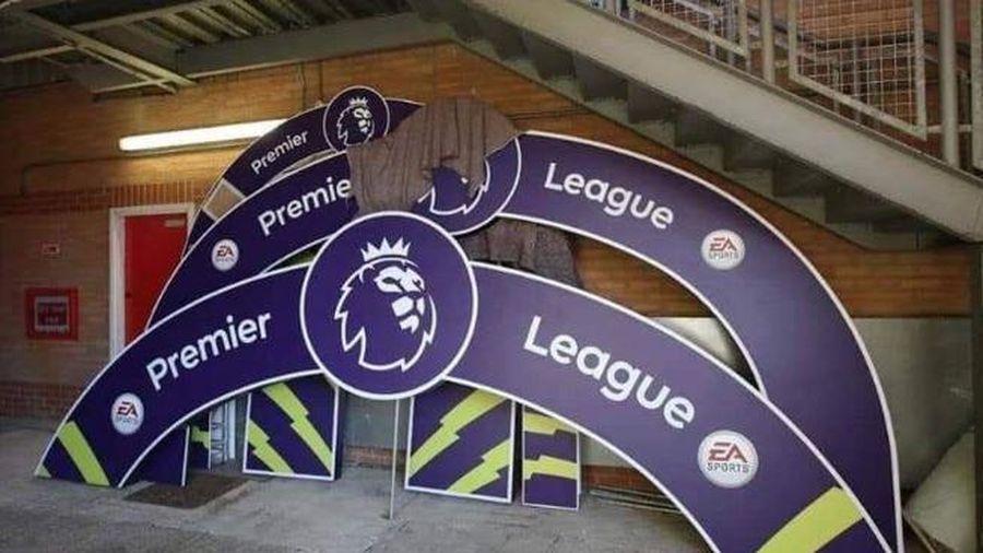 Biển Liverpool vô địch Premier League bị xếp xó tại sân Anfield